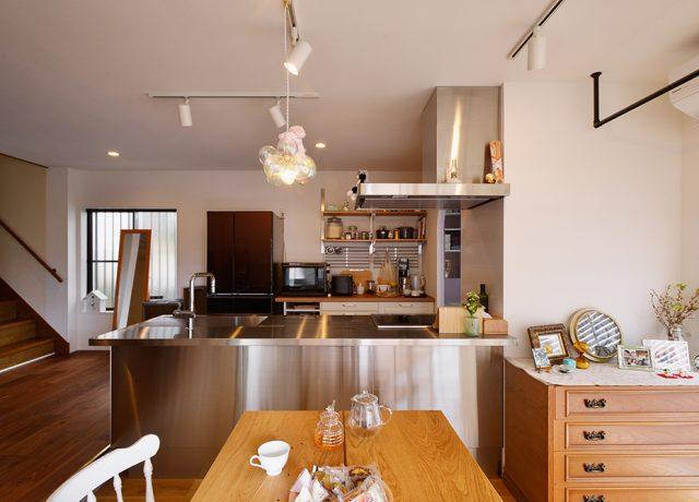開放的なキッチンになったので、夫婦で一緒に立って料理する機会も増えました